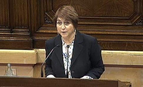 La diputada de Catalunya Sí Que es Pot Gemma Lienas al faristol del Parlament.