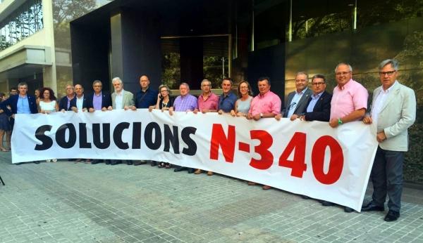Alcaldes i alcaldesses del Pacte de Berà, entre ells Fèlix Alonso, en sortir de la reunió amb el conseller de Territori i Sostenibilitat, Josep Rull, a principis d'agost.