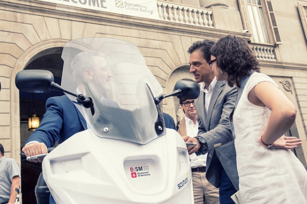 La regidora de Mobilitat, Mercedes Vidal, i el tinent d'alcaldia d'Empresa, Cultura i Innovació i president de BSM, Jaume Collboni.