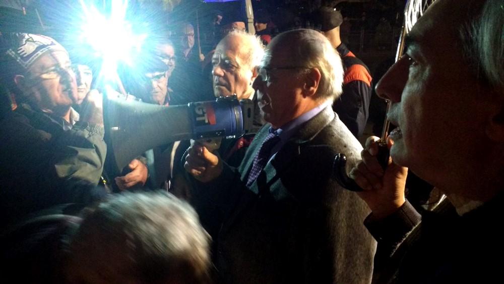 Lluís Rabell pren la paraula a la manifestació per exigir una Renda Garantida de Ciutadania.