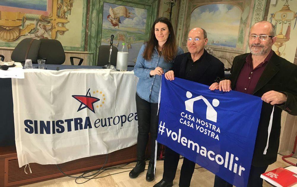 Alba Blanco i Ramón Luque, amb el president del PEE, Gregor Gysi, mostren el seu suport a la manifestació a Barcelona per l'acollida de persones refugiades.