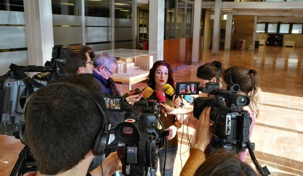 La regidora de Feminisimes i LGTBI de l'Ajuntament de Barcelona, Laura Pérez, atén els mitjans.