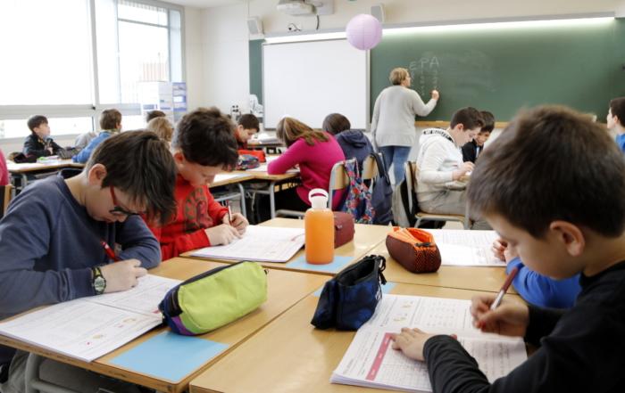 professor-alumne-educacio-aula-classe