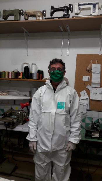 Un miembro de la Asociación de Vecinos de Sentmenat se prueba el prototipo de mascarilla fabricada por iniciativa del Ayuntamiento.